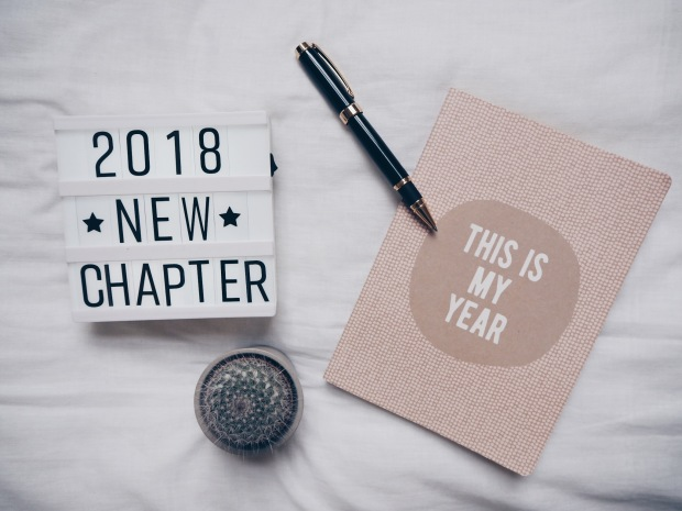 2018 goals flatlay with diary, lightbox and pen